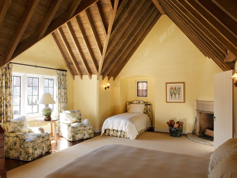 the-ceiling-in-the-bedroom-is-very-unique